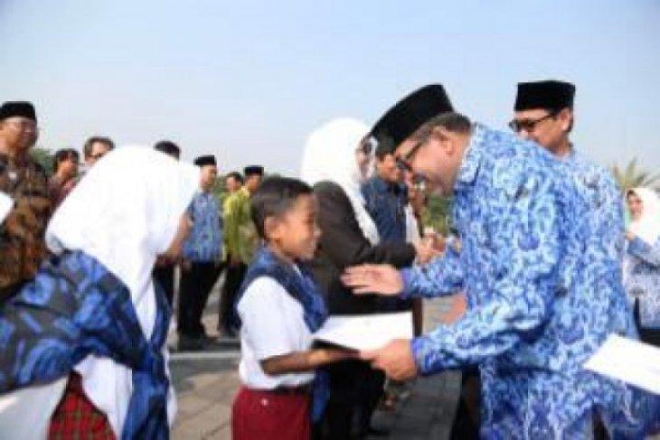 Gubernur Banten Serahkan Beasiswa Dan Penghargaan