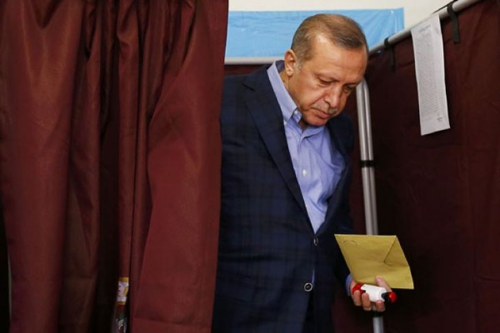 Claiming victory, Turkey`s Erdogan says may take death penalty to referendum