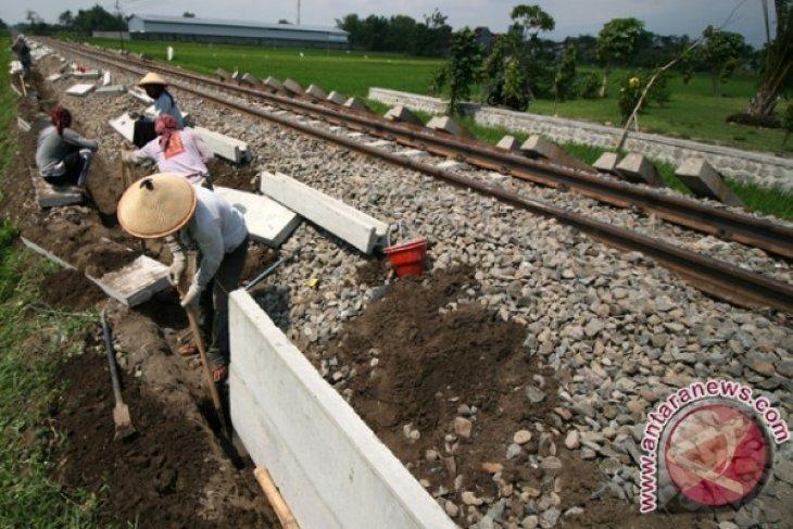 Pasang Tembok Pengaman Rel Kereta