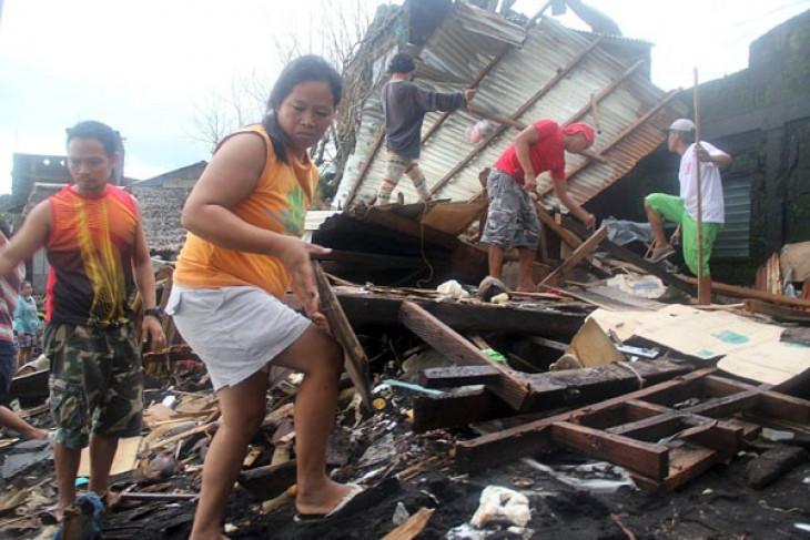 Tiga orang tewas, puluhan ribu mengungsi akibat badai di Filipina