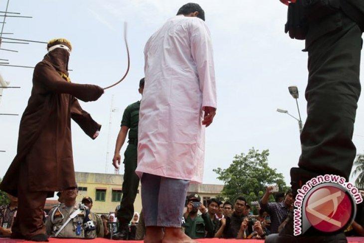 Pasangan mahasiswa dan empat penjudi dihukum cambuk
