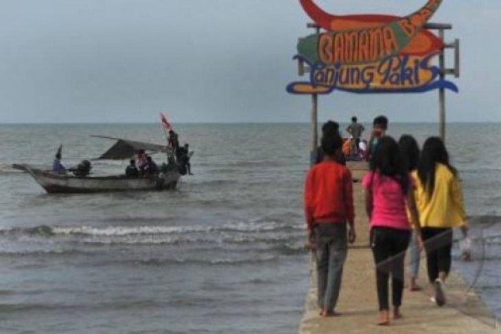 Objek Wisata Pantai Karawang Dipadati Pengunjung