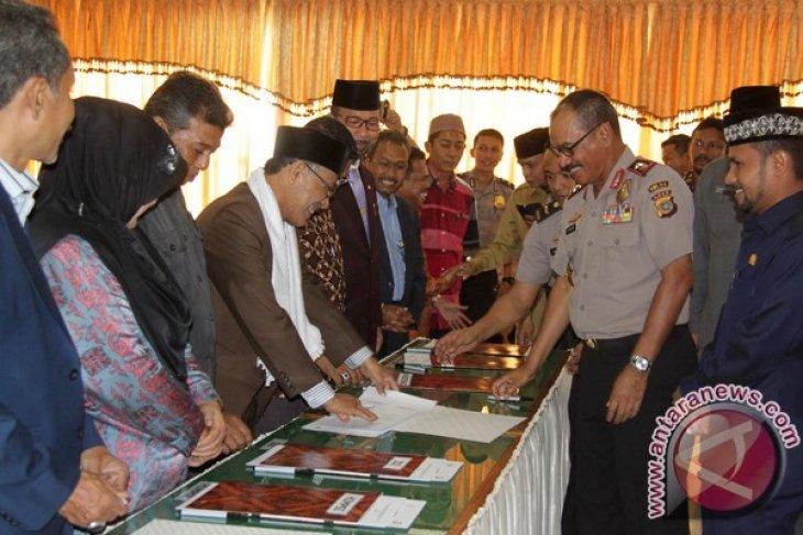 Kapolda Aceh, Irjen Pol Husein Hamidi (kedua kanan) didampingi Ketua DPRA, Tgk Muharuddin (kanan) menandatangani Nota Kesepahaman (MoU) penerimaan calon anggota Polri dengan sejumlah kepala Satuan Kerja Pemerintah Aceh (SKPA), Lembaga Pendidikan, Ormas Islam dan PWI Aceh di Banda Aceh, Rabu (13/1). Polda Aceh melibatkan sejumlah instansi terkait secara bersama melakukan pengawasan dalam penerimaan calon anggota Polri tahun 2016 secara terbuka, akuntabilitas, jujur dan bersih. ACEH.ANTARANEWS.COM/Ampelsa/16