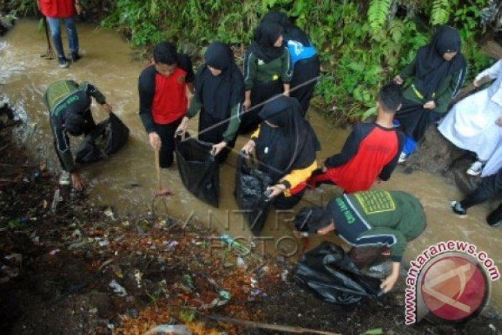 Pelajar Turun Ke Sungai Peringati Hari Air