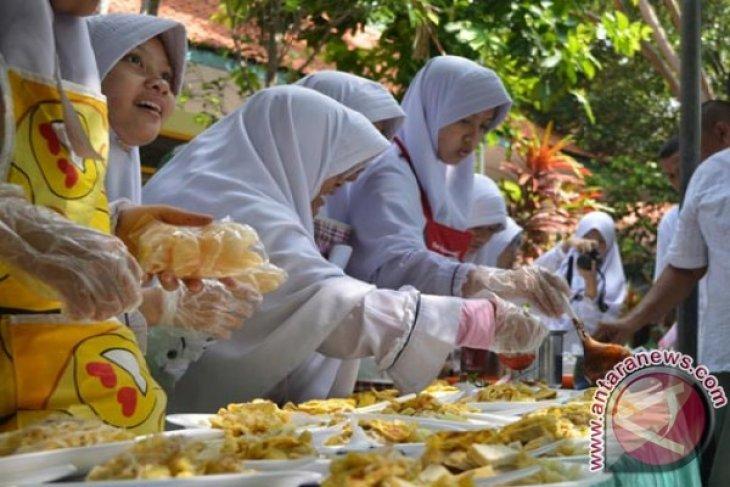 SMP Luqman Hakim Surabaya Kenalkan Masakan Tradisional