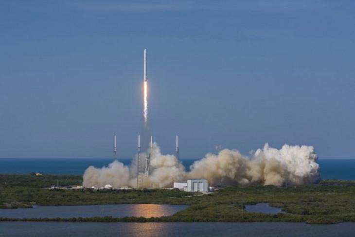 Elon Musk akan kirim mobil merahnya ke antariksa