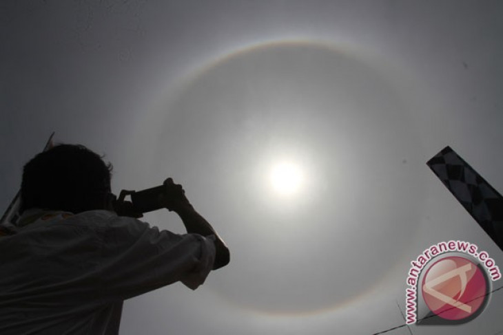 Warga Muara Teweh lihat fenomena halo matahari