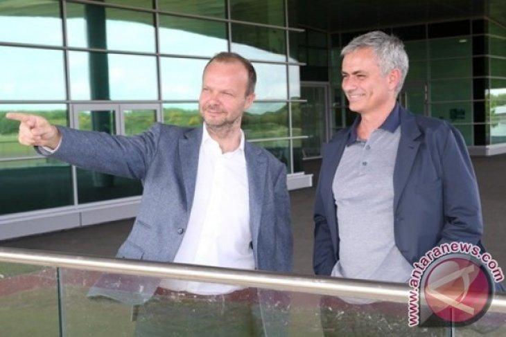 Fans Manchester United ramai-ramai menuntut  Woodward
