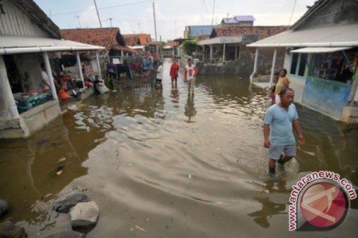 Warga Pesisir Karawang Mengungsi Akibat Banjir Rob