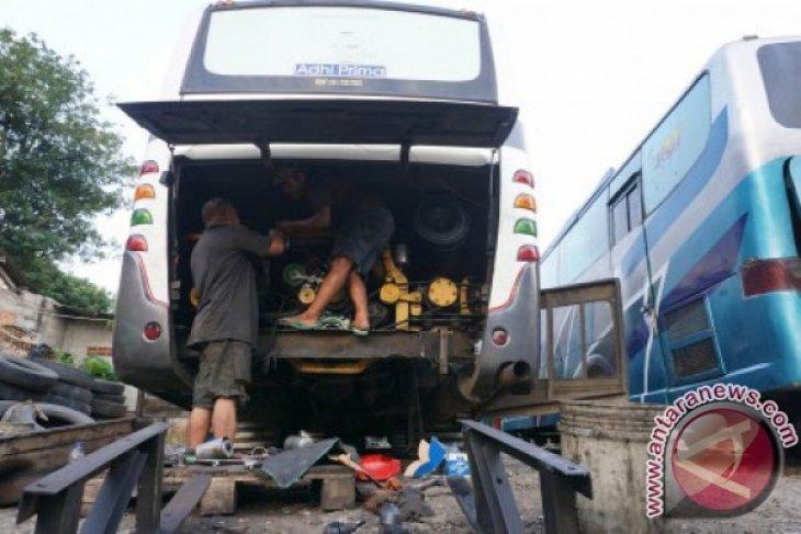 Mekanik bus PMTOH melakukan pemeriksaan dan perawatan mesin sebelum berangkat menuju Aceh, di Tangerang, Banten, Selasa (28/6). Menjelang Lebaran 2016 sejumlah pemilik jasa angkutan bus mengintensifkan pemeriksaan kondisi kendaraan guna memberi kenyamanan dan meminimalisir terjadinya kecelakaan. ANTARA FOTO/Lucky R/kye/16