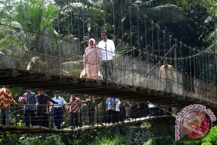 Warga Padang Antusias Shalat Tarawih Bersama Presiden Jokowi