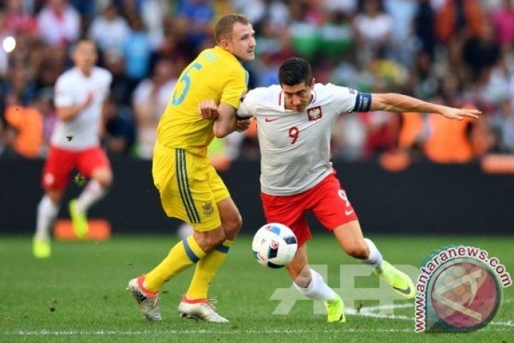 Robert Lewandowski sumbang dua gol saat Polandia tundukkan Lithuania