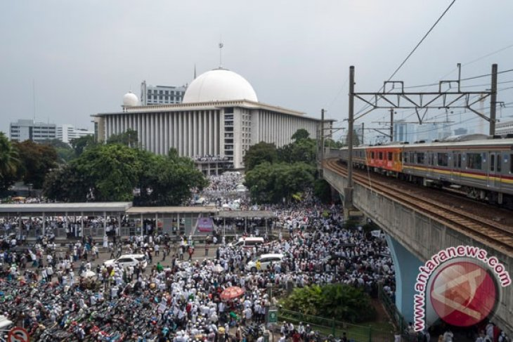 Muslim crowds flock Istiqlal Grand Mosque for massive peaceful rally