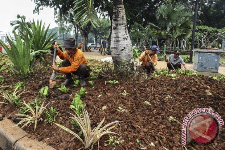 Jakarta demonstrators leave 75 tons of litter