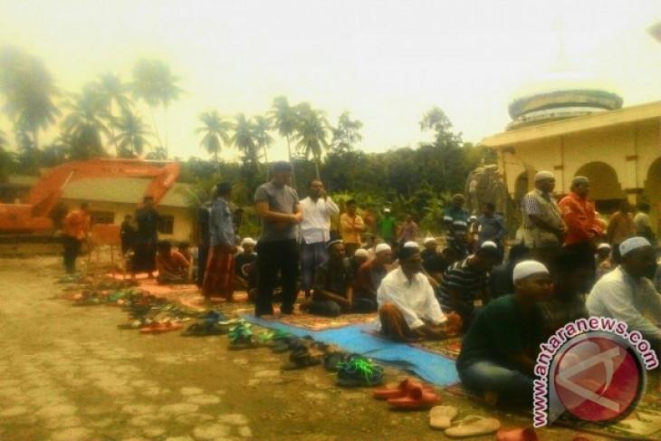 Warga Lombok Utara shalat Jumat di pengungsian