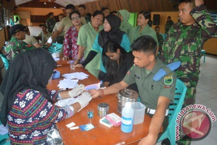 Anggota Kodim dan PM serta Persit antre menunggu giliran eriksa darah untuk mendonorkan darah mereka.