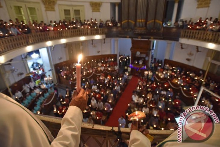 Christmas services run well, Muslim students distribute flowers to Christians