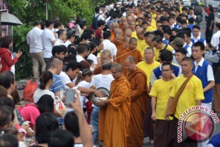 Umat Budha Di Denpasar Gelar Tradisi Pindapatta