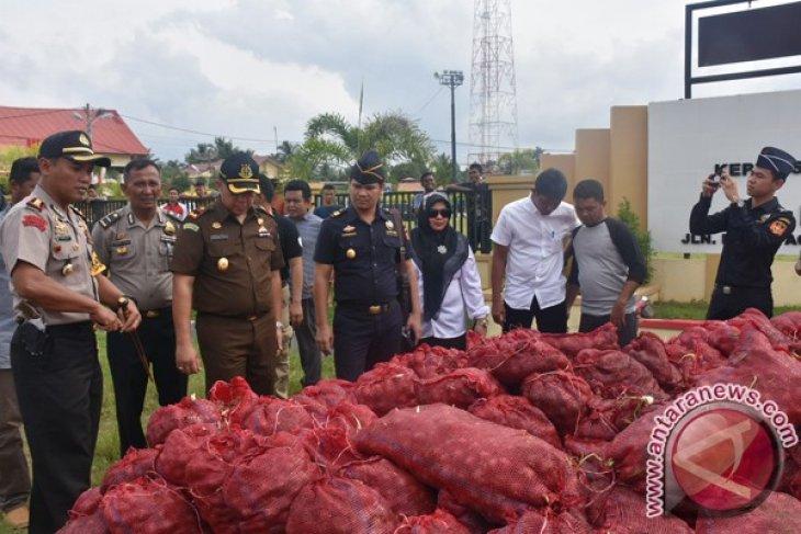 Polres Bireuen musnahkan 20 ton bawang merah