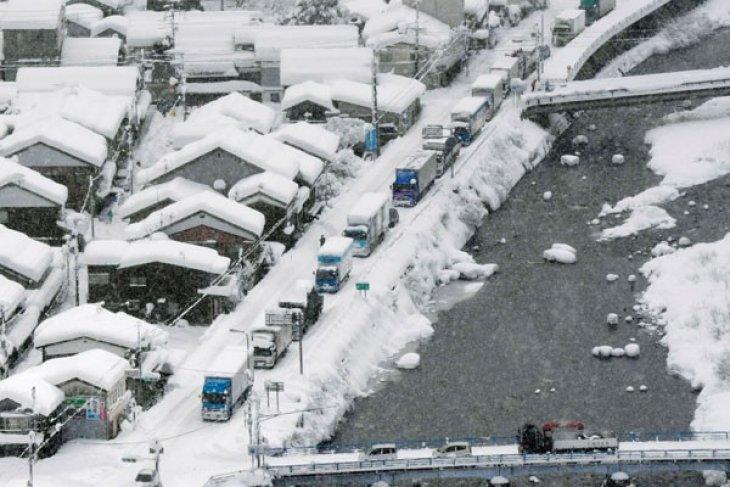 Ratusan penumpang kereta di Jepang terjebak salju