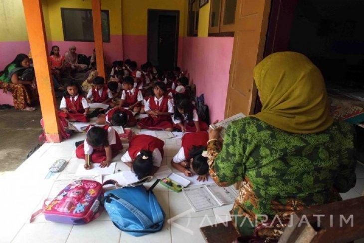 Siswa di Jember Belajar di Teras dan Mushalla akibat Atap Runtuh