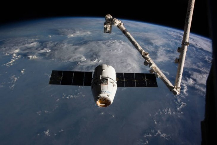Pesawat kargo SpaceX kembali ke Bumi