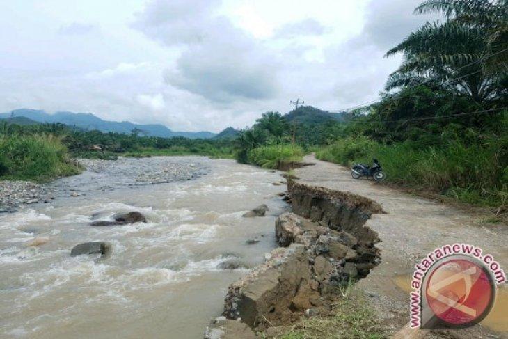 Jembatan Terputus Akibat Banjir Dilangkat