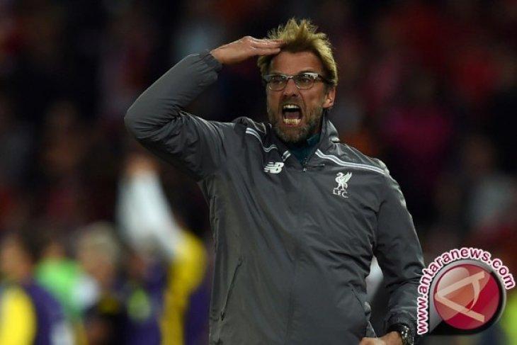 Bek tengah Liverpool Joe Gomez patah kaki