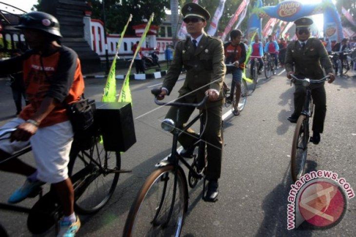 Bagi-bagi Sepeda Ontel Ala Pak Jokowi