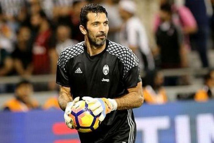 UEFA kutuk pelecehan terhadap wasit Oliver dan istrinya