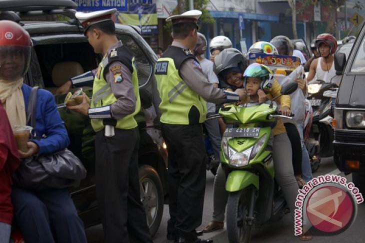 Polres Bogor bagi-bagi takjil kepada pengendara