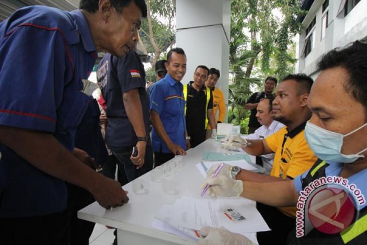 Polisi tes urine sopir untuk keselamatan pemudik