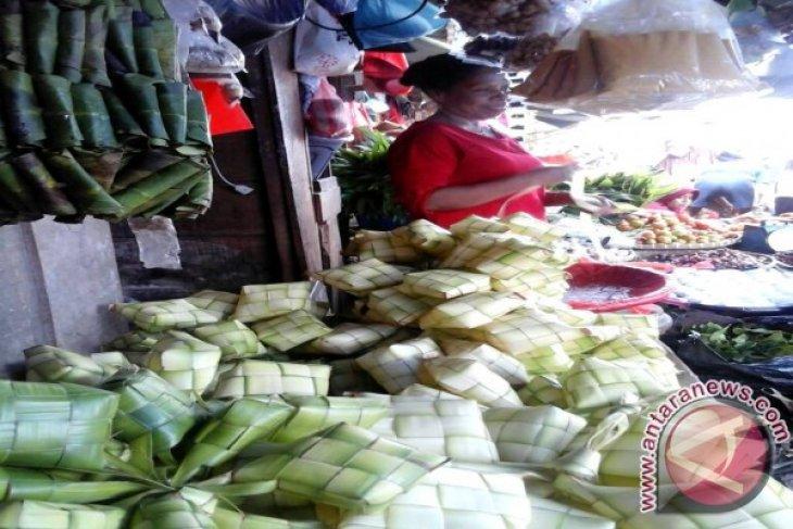 Penjual anyaman ketupat di Ambon panen rejeki