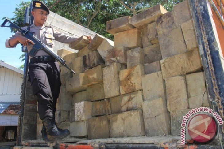 30 ton kayu olahan disita polisi di Aceh