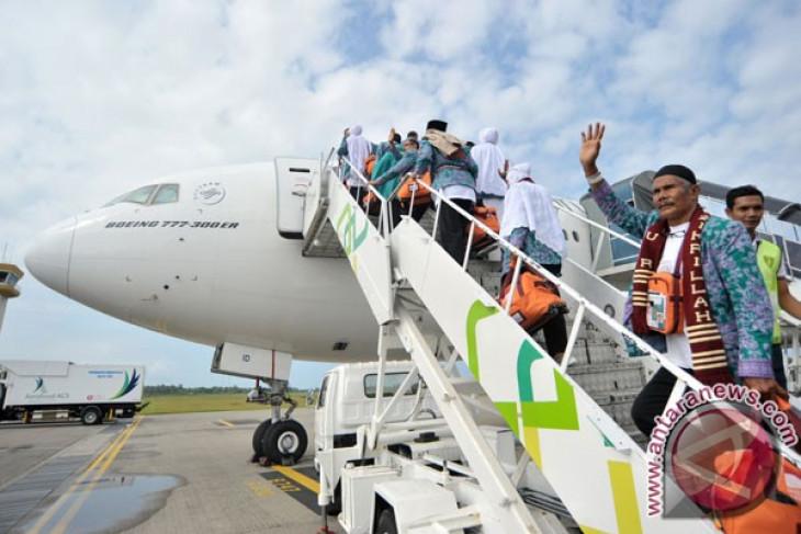 Jamaah haji kloter pertama berangkat dari  lima embarkasi