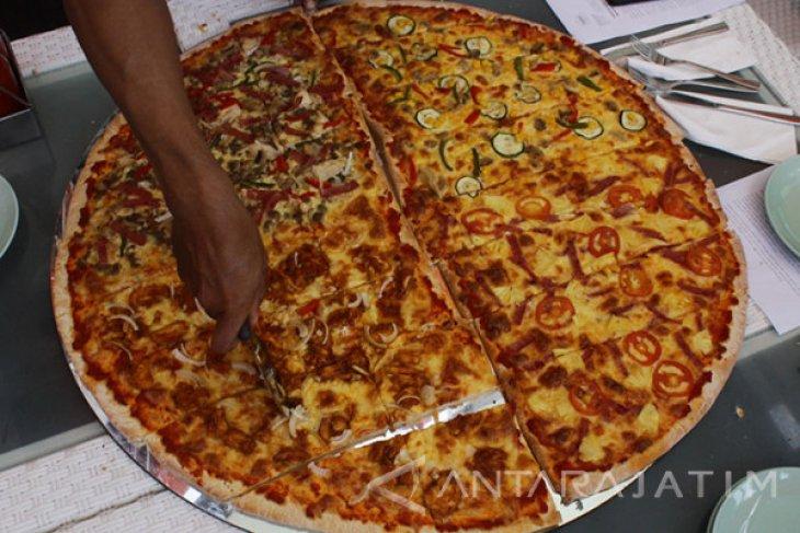 Pizza Raksasa Sambut HUT Kemerdekaan