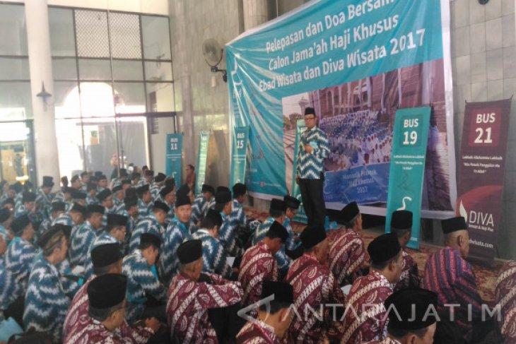 Ratusan calon haji plus diberangkatkan dari Bandara Internasional Juanda Surabaya