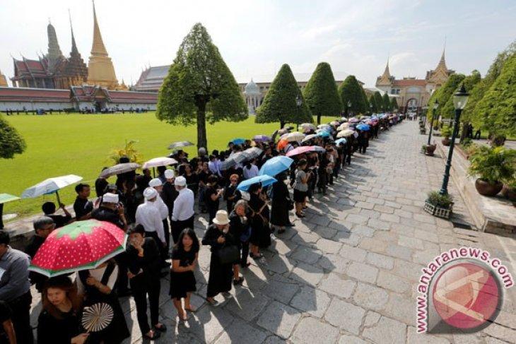 Warga Thailand Antre Beri Penghormatan Terakhir kepada Raja Bhumibol