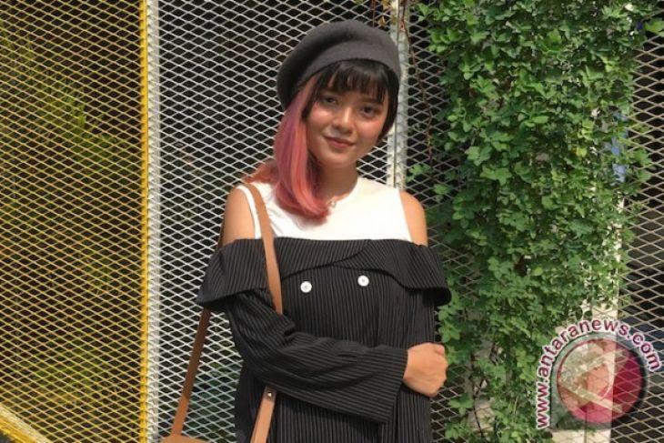 Blogger Sonia Eryka pakai kamera analog di fashion week