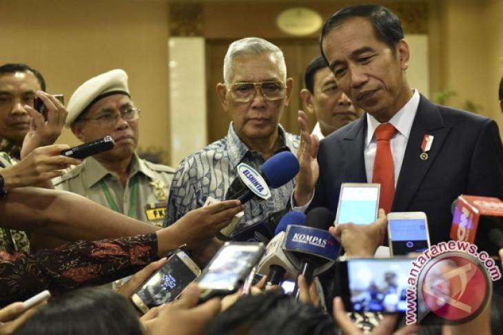 Arsip Foto. Presiden Joko Widodo (kanan) didampingi Menkopolhukam Wiranto (kedua kanan), Mantan Wakil Presiden Try Sutrisno (kedua kiri) dan Ketua Umum FKPPI Pontjo Sutowo (kiri) menjawab pertanyaan wartawan usai menghadiri Simposium Nasional Kebudayaan di Jakarta, Senin (20/11/2017).(ANTARA /Puspa Perwitasari)