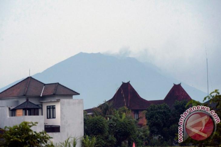 Gunung Agung meletus dalam status siaga