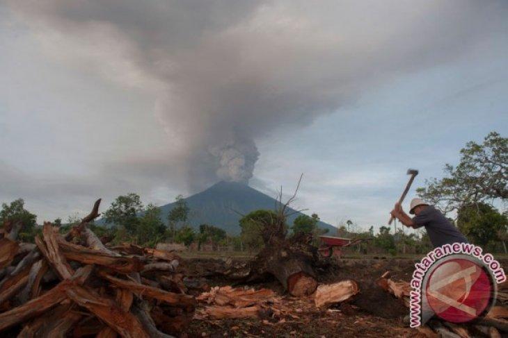 Gunung Agung semburkan asap bertekanan sedang