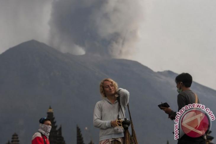 PVMBG: Gunung Agung lontarkan bebatuan di Dukuh
