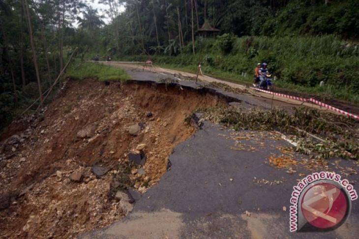 Jalan Muara Teweh - Benangin  longsor di beberapa titik