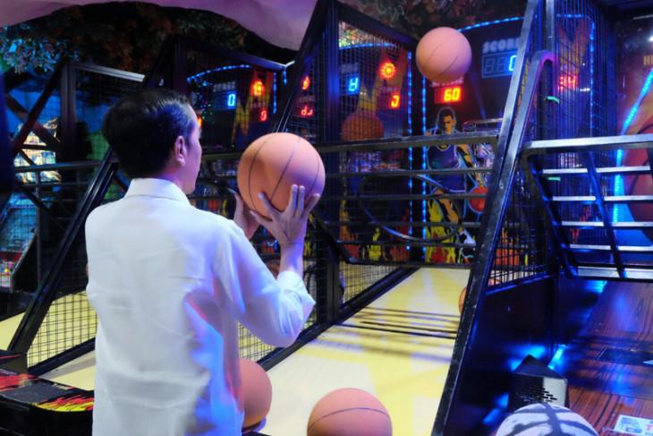Presiden main basket bersama cucu di Medan