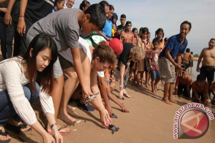 Ribuan siswa Denpasar bersihkan sampah Pantai Sanur