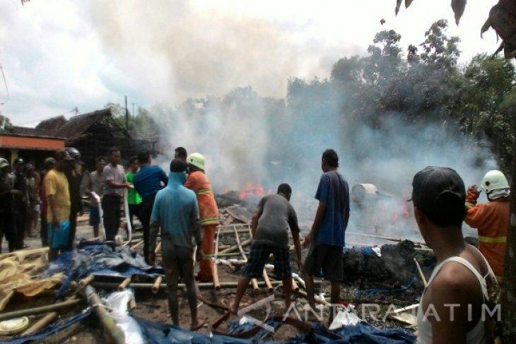 BPBD Bojonegoro Kerahkan Empat Mobil Padamkan Kebakaran