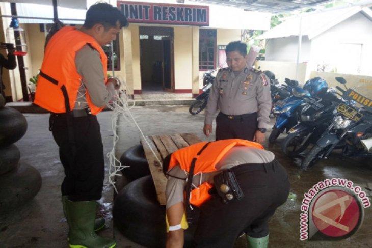 Inovasi Rakit Ban Polsek Padang Batung Untuk Evakuasi