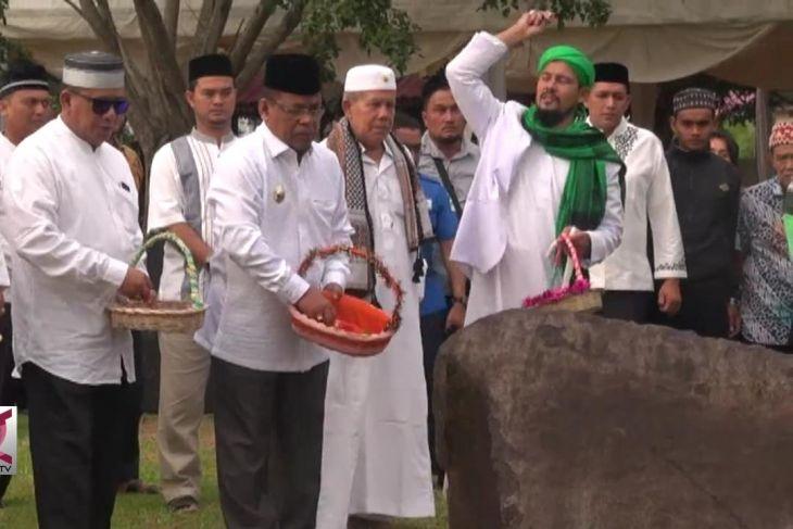 Warga Banda Aceh Ziarah  ke Kuburan Massal