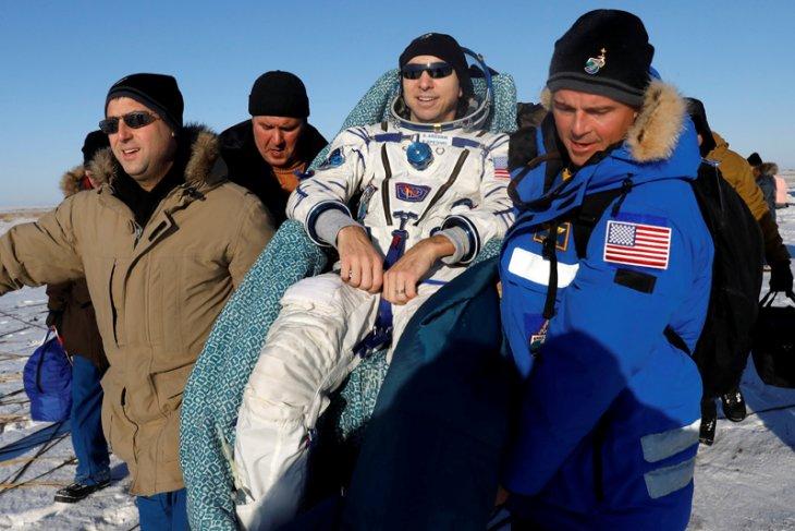 Dua astronaut dan satu kosmonaut kembali ke Bumi